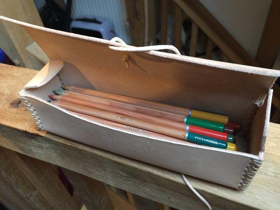DTB XXP - Premium Engelse potlood leergeval.  De DTB XXP potlood zaak is de ideale manier om uw potloden, pennen, borstels, kleurpotloden of andere tekenen, schilderen, kleuren of schrijven van briefpapier. Leverbaar in verschillende kleuren met kleuropties voor snoer en stiksels afwerking, plus het maximaal 48 potloden/pennen, een must voor elke kunstenaar kan houden.  Bevat geen potloden afgebeeld.  Al onze producten zijn 100% handgemaakt door DTB.  HARDWARE:  Premie Engels leer…