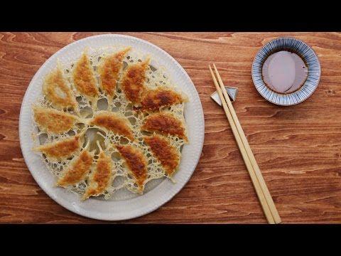 【簡単レシピ】キャベツたっぷり!パリパリ羽根つき餃子の作り方 - YouTube