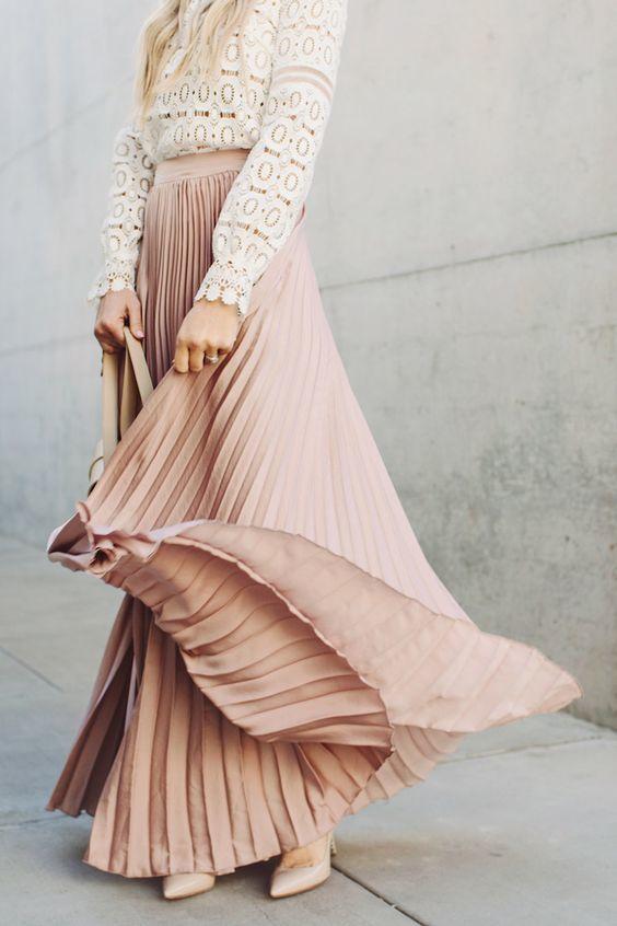 くすみ系のピンクなら、大人のガーリースタイルにぴったり。トップスにホワイトレースを合わせて、思いっきりガーリーにしてもロング丈のプリーツスカートのおかげで子どもっぽくなりません。  https://ciel-fashion.jp/archives/26859