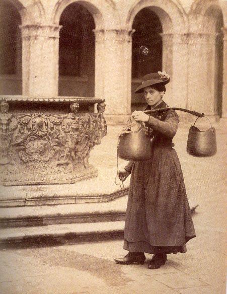 Fotografo non identificato - Mestieri [Bigolante al pozzo di Palazzo Ducale] - s.d. [1870-1875 ca.] - fotografia su carta albuminata - Archivio Graziano Arici, Venezia
