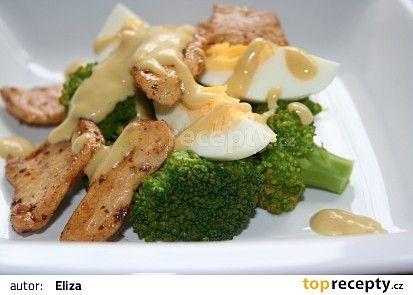 Brokolicový salát s vejcem a kuřecím masem recept - TopRecepty.cz