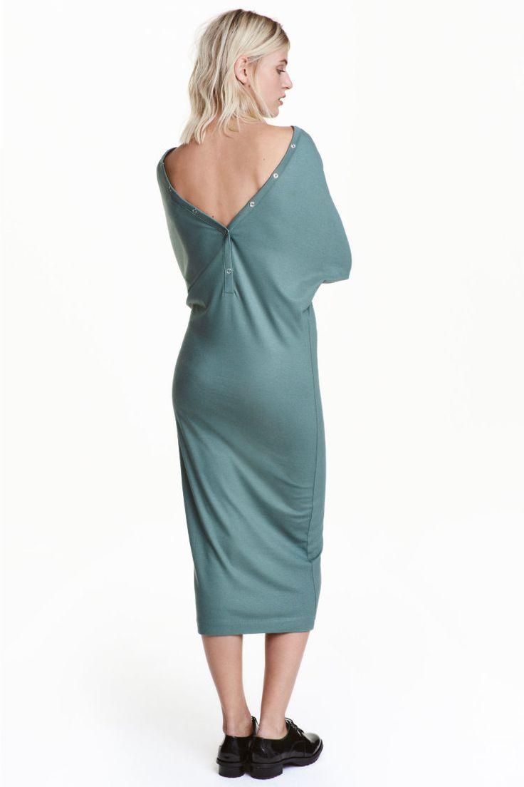 Платье длиной до середины икры из мягкого крепа.