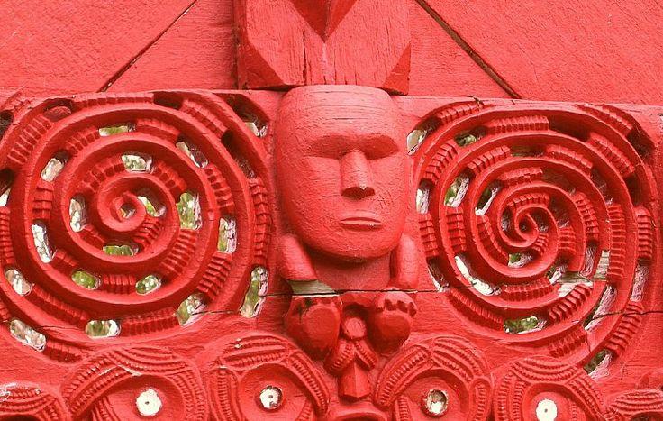 Резьба по дереву среди ремесленников маори достигла высочайшего мастерства. Это искусство неизменно передавалось в каждом племени из поколения в поколение. Т.к. маори обрели собственную письменность только после прибытия английских миссионеров, это было единственным способом передачи информации.| Культура и традиции маори.| Ahipara Luxury Travel New Zealand #новаязеландия #маори #культура #традиции #тур #гид #экскурсия