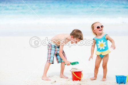 Plaj oyuncakları ile oynarken çocuklar - Stok İmaj #4748783