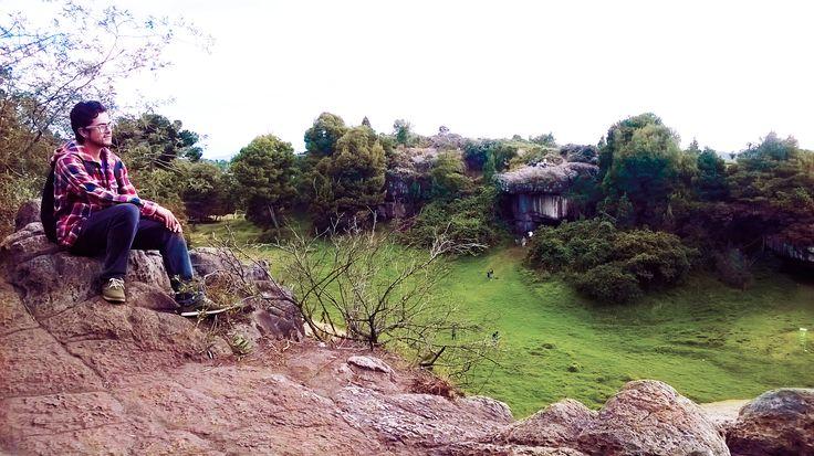 En las piedras del Tunjo.  Fotografía hecha por Marce Castro Hernández.