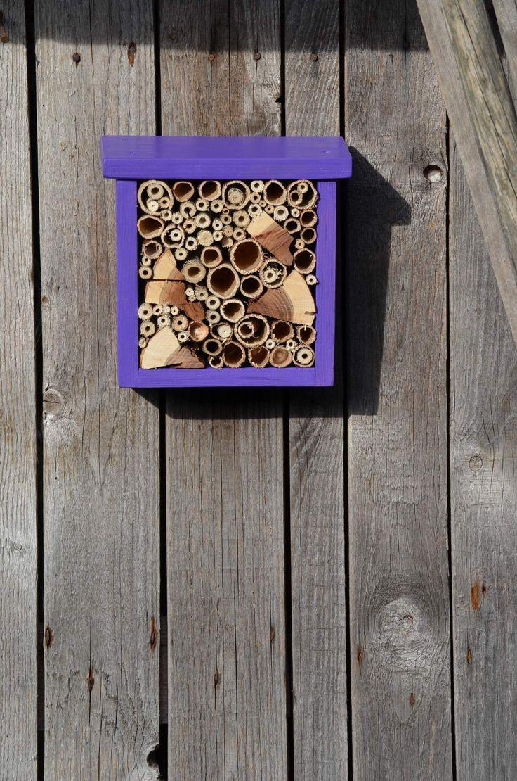 hmyzí domek malý Malý hmyzí domek pro včelky samotářky... Ubytujte pilné pracovnice na své zahrádce či balkonu :-) Plněno dutinkami křídlatky a bodláku. Rozměry: 20 x 20 x 8 cm. K zavěšení na zeď.