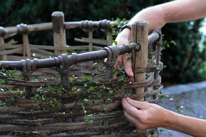 Plättar i en korg, trä varje ranka för hand. Så fint! Victoria Skoglund, Zetas Finsmakarens Trädgård