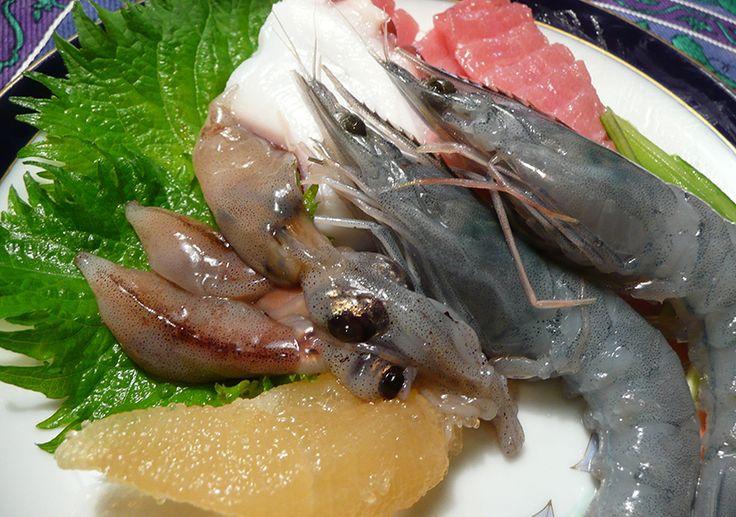 Нередко в Японии подают на стол не только сырую, но даже и еще живую рыбу. Подобные блюда отличаются оригинальными названиями, например, «танцующий окунь».
