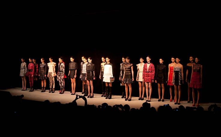 Desfile da grife Reinaldo Lourenço, no quarto dia da São Paulo Fashion Week inverno 2013, na FAAP (SP)
