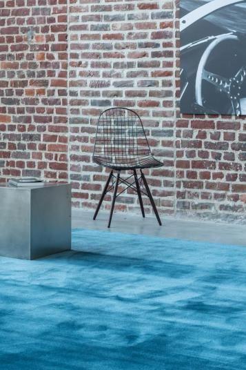 Blankytně modrý koberec JoV z přírodních materiálů. / Luxury blue JoV rug.  http://www.bocapraha.cz/cs/aktualita/54/kouzlo-pritazlivosti-belgickych-kobercu-jov/