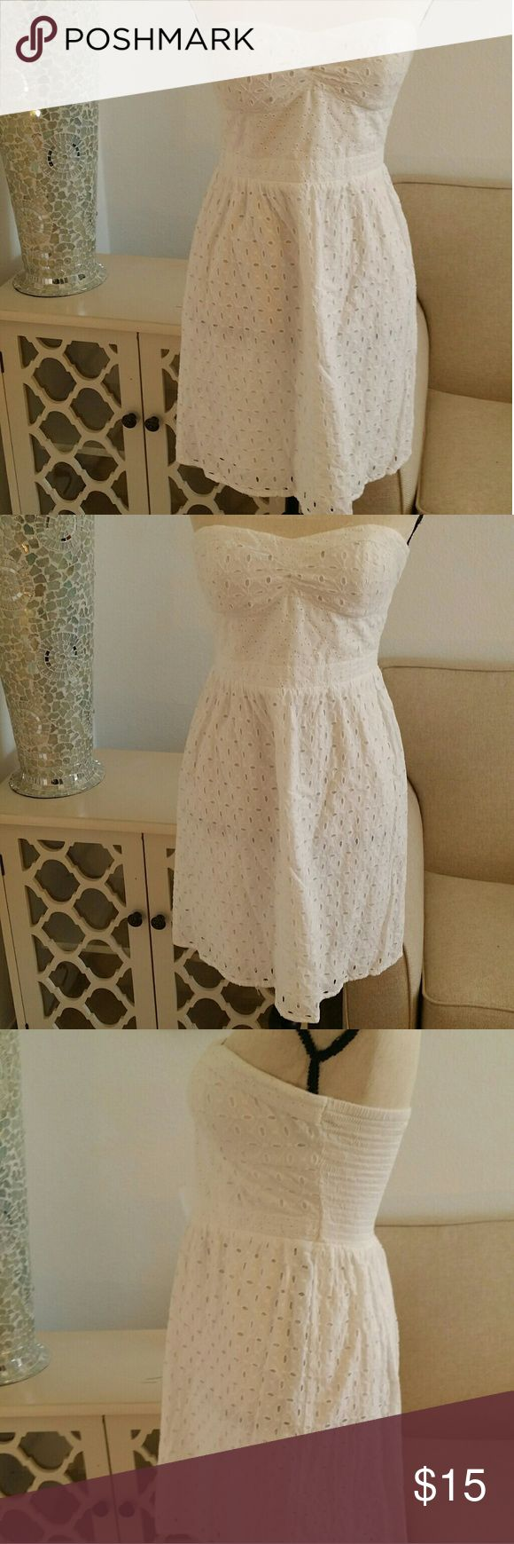 American Eagle Outfitter white sundress American Eagle Outfitters white sun dress. Super cute!   Just in time for the summer! Cute floral pattern and elastic back. SIZE 2 American Eagle Outfitters Dresses Strapless