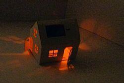 Casagami, DIY kartonnen huisje met zonnepaneel, lampje en aan/uit knop, verkrijgbaar bij Hanging Houses
