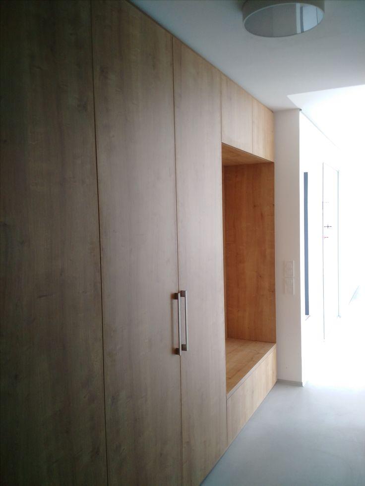 Vstavaný nábytok na mieru - zasadenie dreveného nábytku do interiéru domu #hubicedvory #vstavanynabytok #nabytoknamieru #rodinnedomy