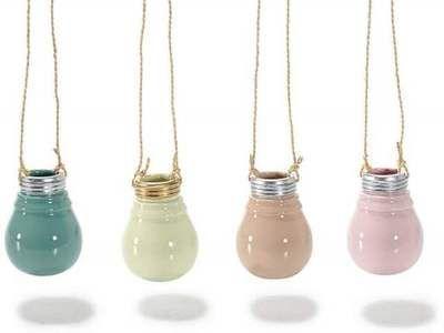 Vasetto in ceramica lucida a lampadina da appendere. Ass 4 colori: rosa, azzurro, giallo pastello, albicoccaØ 6 cm x 8 H (c/cordino 29)