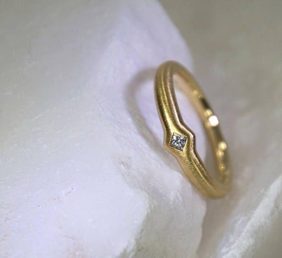 Verlobungsring handgefertigt in München mit einem sehr schönen Diamant im Princess-Cut Ring aus 18kt Gelbgold massiv gearbeitet Gewicht ca. 4,5 gr. Oben 4,8mm quadratischer Ringkopf Ring konisch gearbeitet, oben 3,2mm breit, unten 2,2mm breit Diamant im Princesscut tw/si 0,07 ct.