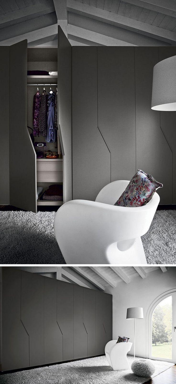 portes placard en noir mat, chaise design en blanc neige et tapis gris