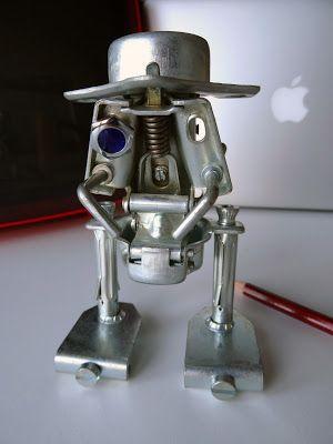 Robottino artigianale, creato con pezzi metallici d'arredo.
