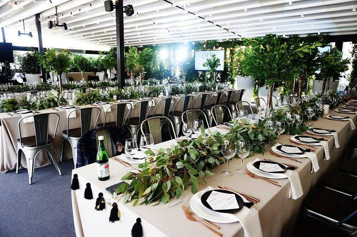 длинные столы, зеленые растения