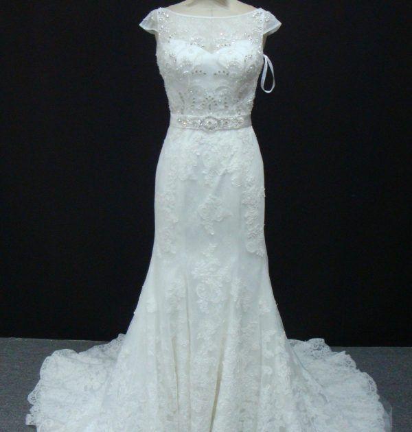 Vestido de noiva semi sereia, rendado com manga curta, bordado no corpete com faixa fixa bordado. Via Brasil Noivas.