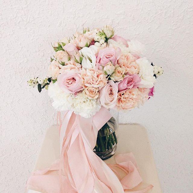 Нежный букетик для одной из вчерашних свадеб! он был таким ароматным, что его жалко было отдавать☺️ а все благодаря пионовидной розочке Кейра, которая пахнёт просто невероятно!  #wedart #weddingart #wedding_art_decor #flowers #мы_женим_людей #композиции #флористика #свадьба #флористкиев #свадьбакиев #букеткиев #l4l #like4like #follow #followme #vsco #vscocam #blush #pink #bouquet #bridalbouquet #flowers #нежность #свадьба #букетневесты #пудровый #мылюбимсвоюработу