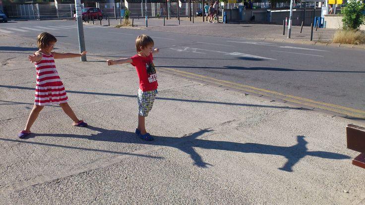 Juga amb la teva ombra.  #creixercreant #impulsalacreativitat