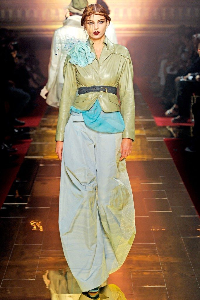 John Galliano Spring 2011 Ready-to-Wear Fashion Show - Irina Bondarenko (ELITE)
