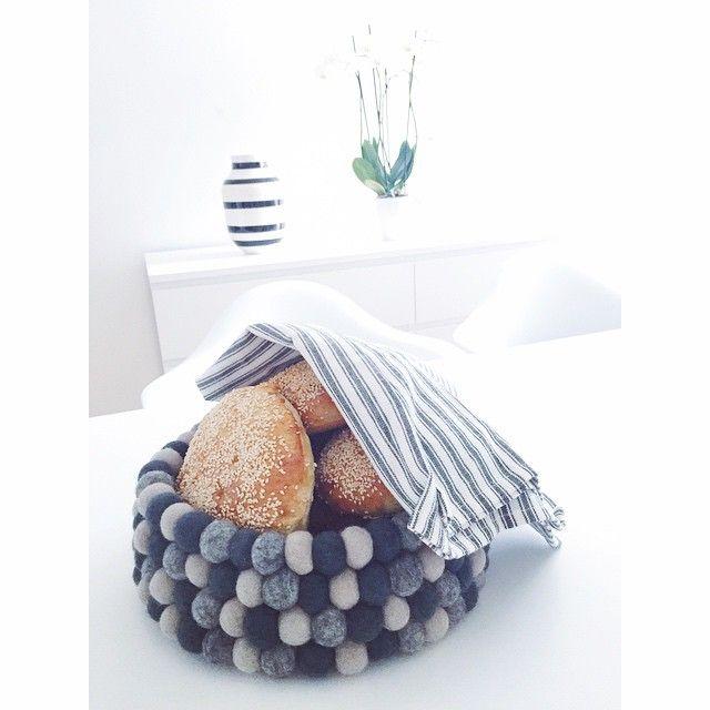 Der neutrale Look. Unser Brotkorb Dark Grey ist aus drei unterschiedlichen Grautönen zusammengestellt. Ein Set aus zwei Untersetzern und einem Brotkorb ist die perfekte Dekoration für Ihren Tisch.