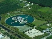 castillo moderno rodeado de un lago con cisnes (miami)