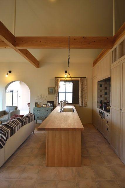木の天板のアイランドキッチン(『菖蒲町の家/Country House』プロバンス風の週末住宅)- キッチン事例