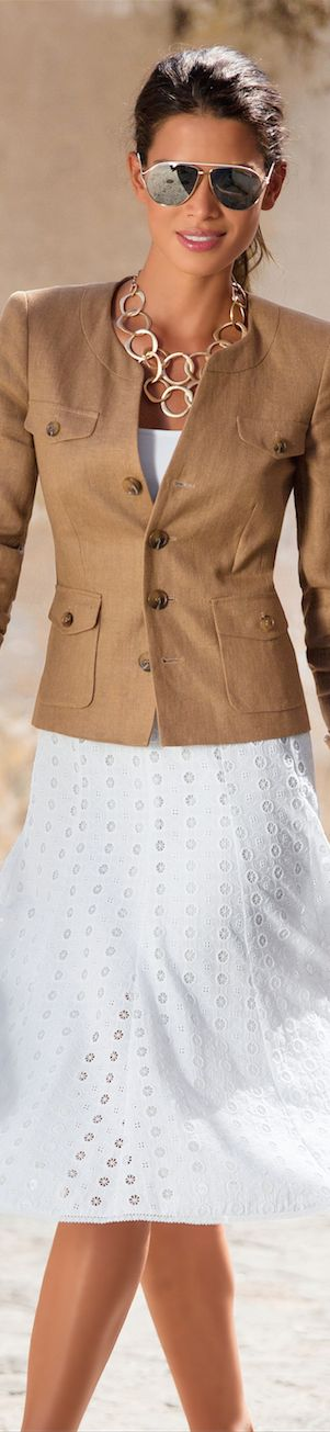 MADELEINE Skirt and Blazer. Lichte lente (L1). Spierwit is zelfs voor dit kleurtype te wit!
