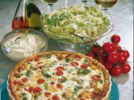 Lax- och grönsakspaj med limesås Receptbild - Allt om Mat