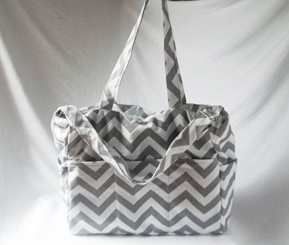 Ich habe diese Wickeltasche viel Platz und genügend Taschen, um alle Elemente zu organisieren. Es gibt ein Platz für alles! Flaschen, Kleidung zum