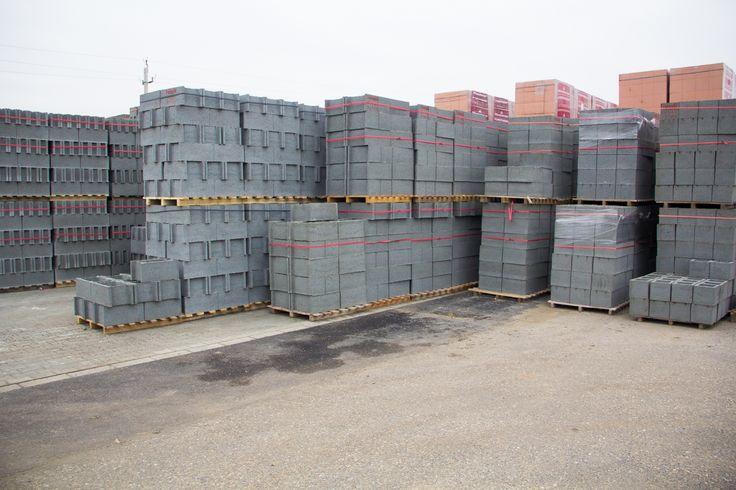 A Farm Tüzépnél a hazánkban ismert építőanyagok teljes választéka megtalálható. Az építkezőknek szakértő kollégáink nyújtanak segítséget a leginkább megfelelő termékek kiválasztásban. A telepünk teljes körű szolgáltatással áll a vásárlók rendelkezésére a mennyiség számítástól az építési címre történő szállításon keresztül az építőanyagok szakszerű beépítését végző mesterek ajánlásáig.