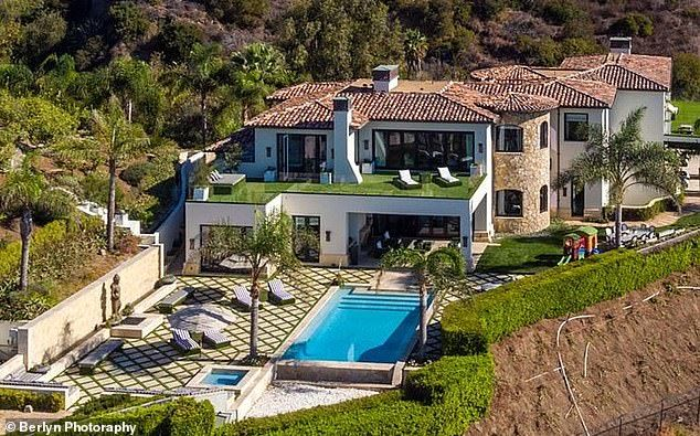 Kylie Jenner Renting Malibu Manor Yolanda Hadid Sold For 19m Malibu Homes Foster House Pool Shade