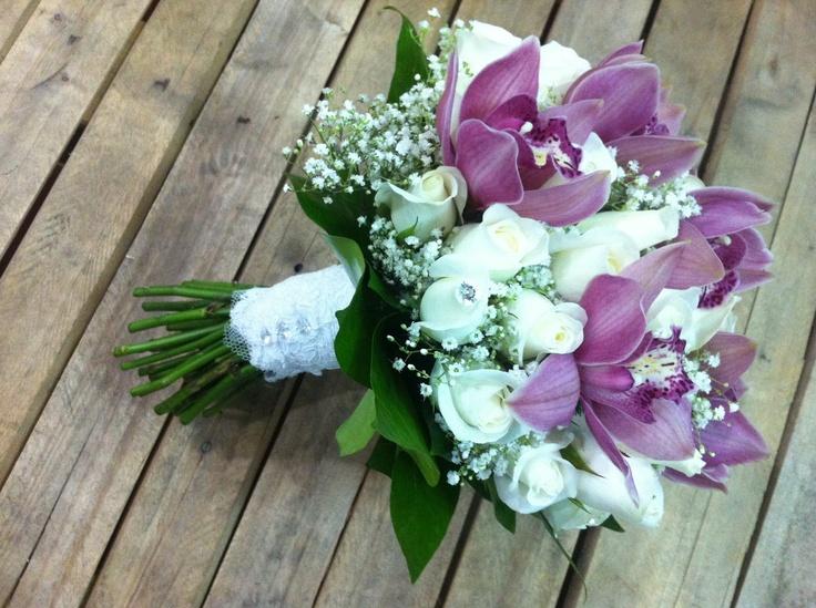 ramo de novia con orquideas moradas y rosas blancas