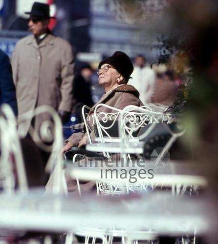 Frau am Kurfürstendamm in Berlin, 1964 Juergen/Timeline Images #Kudamm #Berlin #60er #Café #Sonne #Sonnenstrahlen