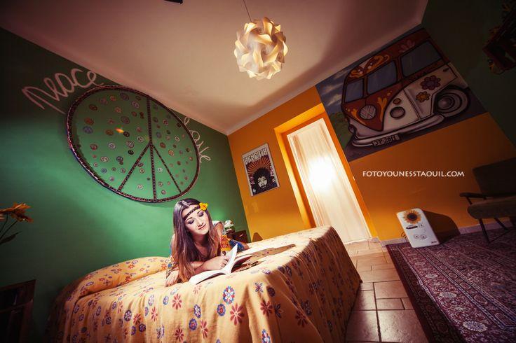 Il simbolo della Pace piu utilizzato negli anni 70 realizzato con tessuti avanzati da altri lavori decora il capezzale del letto di questa stanza molto colorata