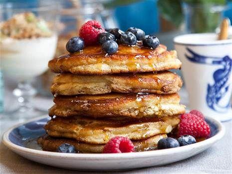 Härligt fluffiga, tjocka och söta pannkakor. Toppa med färska bär och lönnsirap så har du snabbt fixat en riktig lyxfrukost.