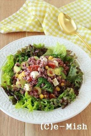 雑穀ごはんのグレインズサラダ   材料 (2人分) お好みの雑穀ごはん 150g アボカド(1㎝角切り) 1/2個(75g)ブロッコリー(小房に分けて下茹で) 50g ミニトマト(4等分) 4個 オリーブ(薄切り) 4個 冷凍コーン 30g クリームチーズ(1㎝角切り) 40gレタスなどの葉野菜(食べやすい大きさにちぎる) 2~3枚 (A)酢 大さじ2(A)粒マスタード 大さじ1(A)はちみつ 大さじ1/2(A)塩 小さじ1/3(A)オリーブオイル 大さじ1/2 作り方 1 米をとぎ、雑穀と合わせて1時間以上浸水をさせ通常通り炊く。 ※白米:雑穀=1:1 雑穀は多めに炊くのが良いでしょう。2 雑穀ごはんは粗熱をとっておく。多めに炊いて残りは冷凍保存をしておくのがおすすめ。自然解凍でそのまま使えます。3 野菜などの他の材料は切り揃えておく。4(A)を混ぜ合わせドレッシングを作り、1の雑穀ごはんと2を加えて合わせる。5皿にレタスなどの葉野菜を敷き、3をのせる。コツ・ポイント雑穀100%や 白米:雑穀=1:1など、普段よりも雑穀をたっぷり使うのがおすすめです。…