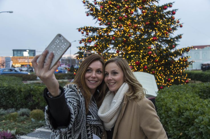 Let's take a selfie at the Christmas tree and post it on Facebook or Instagram and use the Hashtag DesignerOutletParndorf. #DesignerOutletParndorf