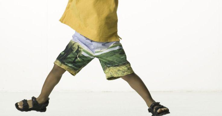 Ejercicios de estiramiento para niños. Estirar tus músculos ayuda a estimular el flujo sanguíneo, relajar los músculos tensos, aumentar la energía, mejorar las articulaciones y agudizar la coordinación. Tal vez el mayor beneficio de los ejercicios de estiramiento es un aumento en el rango de movimiento, haciendo más fácil llevar a cabo tareas simples tales como atar una cuerda del ...