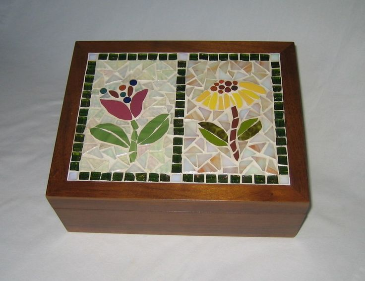 Caixa em madeira maciça (Imbuia) de fino acabamento, com seis divisões, para chá. Mas também pode ser usada para costura, bijouterias... <br>Trabalhada em mosaico com azulejos e pastilhas de vidro especiais (metalizadas e perolizadas) em motivo floral (flores francesas) <br> <br>Tamanho: 19,5 cm de largura x 24,5 cm de comprimento x 9,5 de altura
