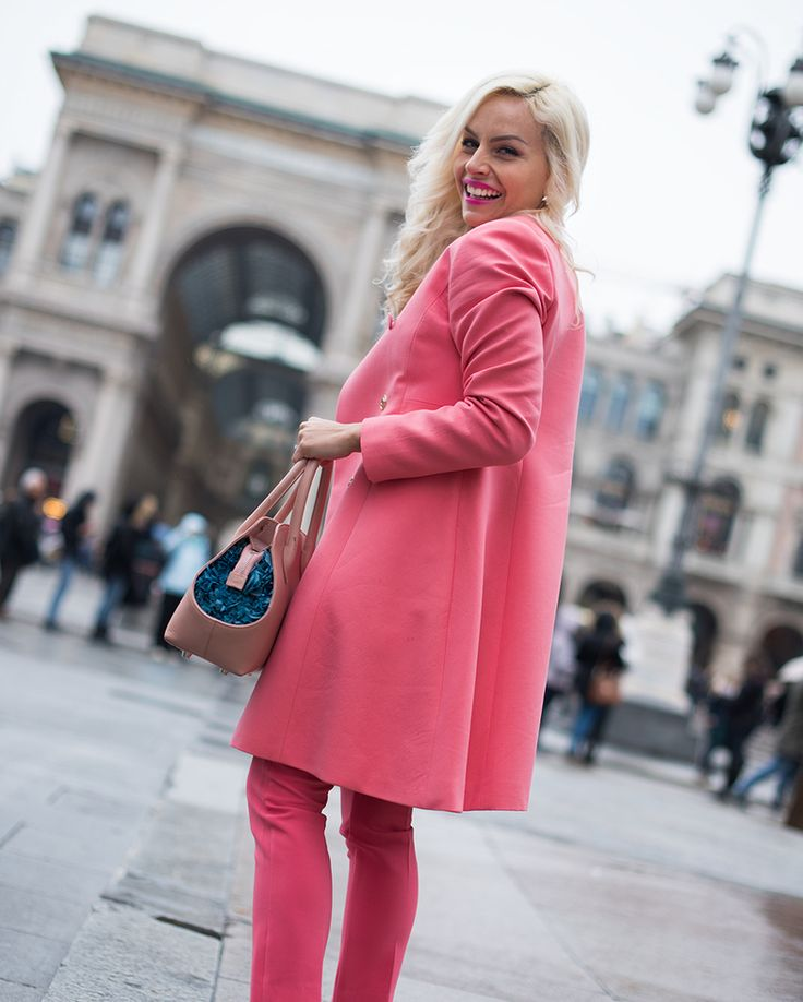 Chi l'ha detto che le città sono grigie e tristi? Colorale di #Rosa con Julia Cipria come ha saputo fare @elepterellaLet's paint grey cities in #Pink! #milan #city #urbancatwolk #style #pinkpower #handbags #handbag #madeinitaly #pinkbags #pinkbag #pinkcarpet #borse #borsetta #linfaglam #ss2016 #moda #springcollection #purse #bagslovers