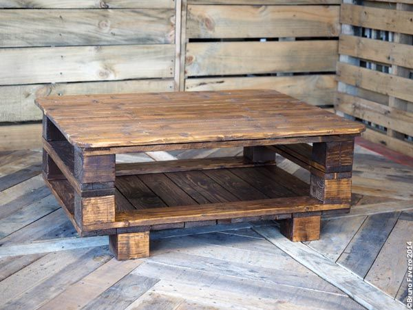 One-minute. Idea nata in un minuto! Sovrapponendo tre piccoli pallet e creando una plancia di appoggio si ottiene un pratico tavolino basso dal design semplice e interessante.
