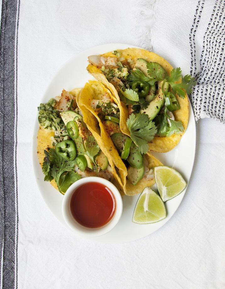 Recette Tacos au poisson, salsa de concombre : Préparez la salsa de concombre. Coupez les concombres en deux dans la longueur, épépinez-les et coupez-les en ...