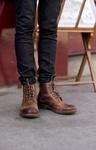 Der Montacure Lord Herrenstiefel aus braunem Leder wirkt mit seinen farblich leicht abgesetzten Spitzen lässig, während der Tragekomfort durch das hochwertige Leder unvergleichlich bequem ist. Durch die Schnürer ist der Schuh robust, kann aber kombiniert mit schicker Hose genauso elegant wirken, wie hier von Online Redakteur und Zauberkünstler Jordan Waller. #HW12