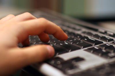"""LOGICIEL GRATUIT : Apprendre gratuitement à taper vite et sans regarder le clavier Devenez une vraie dactylo grâce au logiciel gratuit """"Dactylo"""", qui vous propose une série d'exercices sur 19 niveaux, qui feront de vous rapidement un vrai pro ! Très simple d'utilisation."""