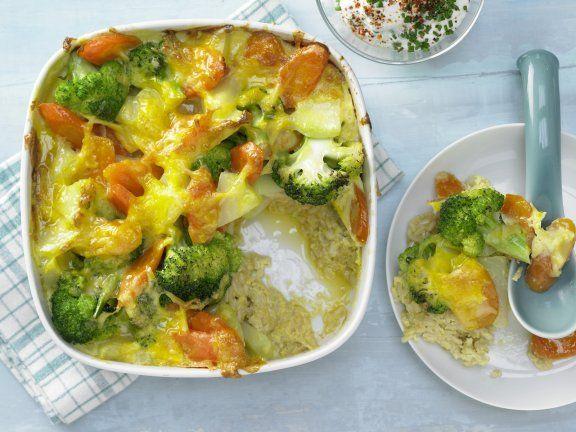 Gemüse-Reis-Auflauf: Das schmeckt der ganzen Familie beim gemeinsamen Mittagessen. Mit diesem Reisauflauf tanken alle Beta-Carotin und Vitamin C.