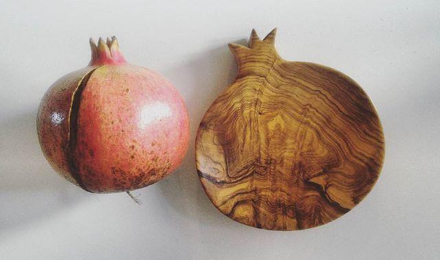 Svuotatasche Melograno  #olive #carved #madeira #Madera #contemporary #autumn #fruit #design #wooden #Ostuni #weareinpuglia #puglia  #artigianato #madeinpuglia #melograno #fruits #woodworking #Wood #woodart #woodcraft #handmadeinitaly #fattoamano #woodwork #Salento #liveedge #pomegranate #art #woodgrain #dowoodworking #bowl