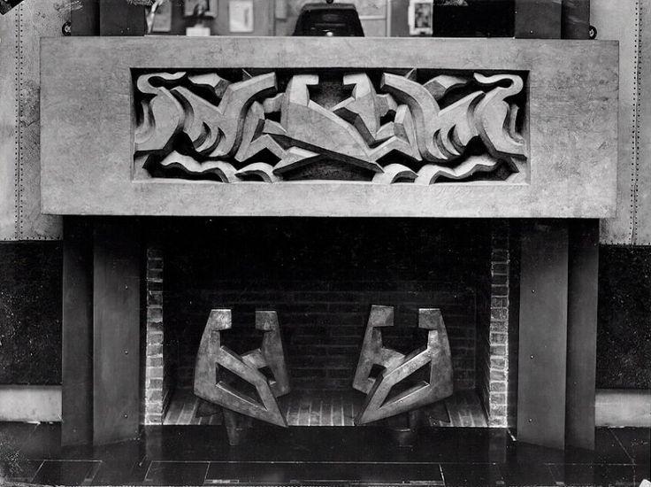 French Art Deco: le manteau de la cheminée de la maison du couturier Jacques DOUCET (33 rue St James, à Neuilly-sur-Seine, France), a été conçu par Jacques LIPCHITZ (ainsi que les chenêts) (1928).